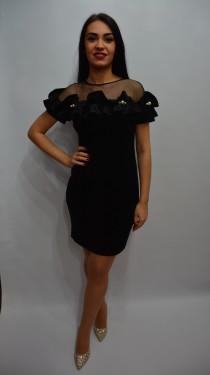 Rochie feminina in nuanta de negru cu volanase la decolteu