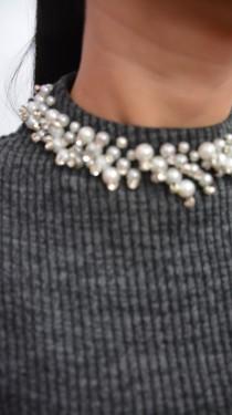 Rochie trendy din material cu aspect tricotat gri si design de perle