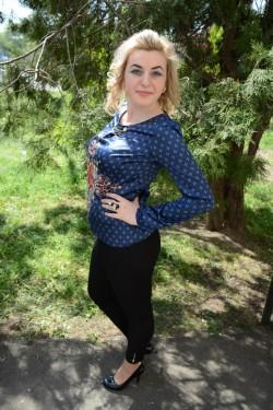Bluza de culoare bleumarin din material cu model si aspect satinat