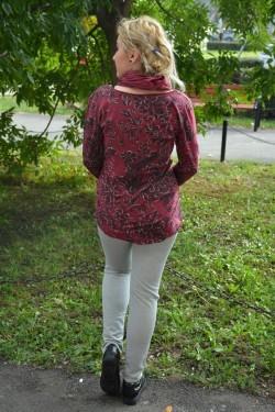 Bluza marsala cu decolteu rotund si maneca lunga, cu esarfa
