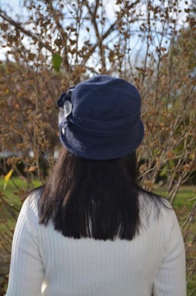 Caciula Ella tip palarie din lana ,accesorizat cu petale de flori 3d,nuanta de bleumarin