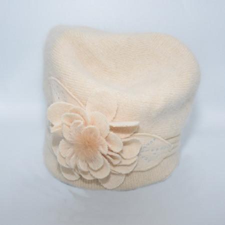 Caciula Suzane accesorizata cu petale 3d si insertii de strasuri,nuanta de bej