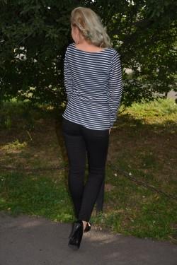 Bluza cu maneca lunga, de culoare bleumarin, cu dungi orizontale