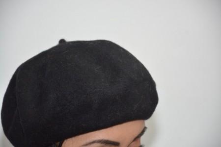 Caciula clasica , nuanta de negru, prevazuta cu jnur reglabil