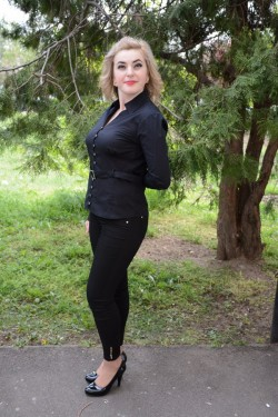 Camasa rafinata, nuanta de negru, cu decolteu in V si curelusa in talie