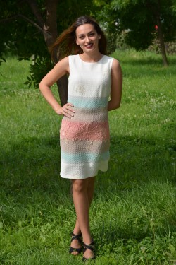 Rochie alba cu imprimeu in tesatura si model multicolor