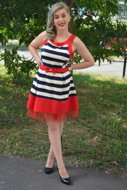 Rochie eleganta, cu dungi bleumarin-albe si contur rosu