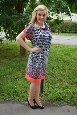 Rochie lejera de zi din material racoros, imprimeu bleumarin-corai