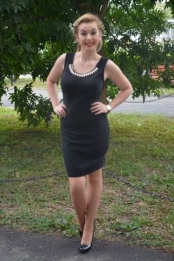 Rochie neagra cu decor de colier din pietre colorate la decolteu
