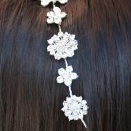 Agrafa eleganta tip coronita, din metal argintiu cu strasuri si perle