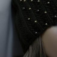 Caciula calduroasa din tricot, de culoare kaki, cu mot si margele