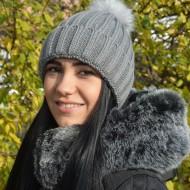 Caciula fashion cu pompon, culoare gri, potrivita de toamna, iarna