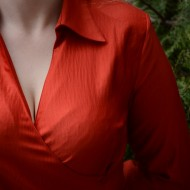 Camasa office in nuanta de rosu, inchidere laterala cu nasturi fini