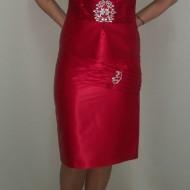 Costum elegant cu fusta scurta, din saten rosu, cu insertii argintii