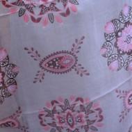 Esarfa din tesatura fina de culoare roz pudra cu design deosebit