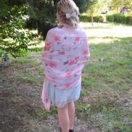 Esarfa rafinata cu flori mari pe fond roz deschis, dreptunghiulara