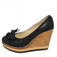 Pantof de culoare neagra, din piele ecologica cu aspect lucios