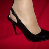 Sanda casual-elegant cu toc inalt, de culoare neagra, lucioasa