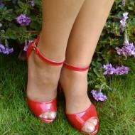 Sanda de culoare rosie, din piele ecologica lacuita, decupata