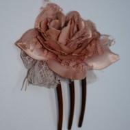 Agraf in forma de trandafir, nuanta de mov si maro, design chic,crem,roz