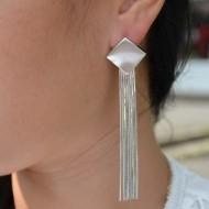 Cercei trendy cu forma de romb decorat cu pietre si perla in mijloc