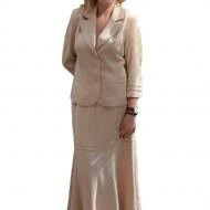 Costum elegant , de culoare bej, dintr-un material rafinat