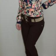 Pantalon tineresc, cu insertii de cusaturi, croiala moderna, nuanta maro