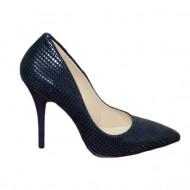 Pantof bleumarin cu design de patratele lucioase pe un fond mat