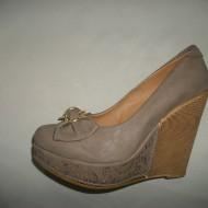 Pantof din piele ecologica, de culoare bej, cu insertie metalica