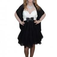 Rochie fashion, nuanta de negru-alb, esarfa rafinata