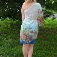 Rochie moderna one-shoulder, culoare albastra, cu flori colorate