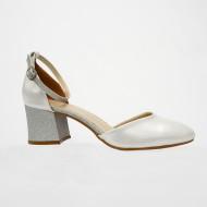 Sanda eleganta cu varf inchis, realizata din piele naturala argintie