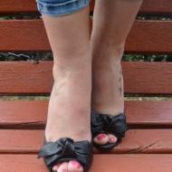 Sandale cu toc mediu, decupate in fata, din piele naturala perforate