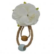 Brosa model floare,cu ceva margele mari,nuanta de alb
