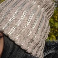 Caciula moderna din material tricotat de nuanta bej, cu pompon