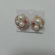 Cercei eleganti cu perle albe asezate in forme metalice rotunjite