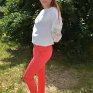 Pantalon modern, lung, cu design de dungi subtiri pe fond rosu