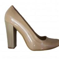 Pantof bej din piele lacuita, model clasic cu aspect simplist