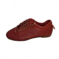Pantof deosebit, nuanta de rosu, design floral aplicat