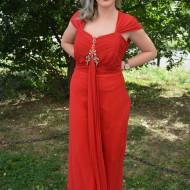Rochie rafinata, de culoare rosie cu o cuta lunga in fata