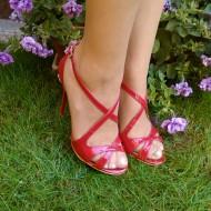 Sanda deosebita, de culoare rosie, cu model din curele impletite
