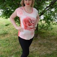 Tricou chic in nuanta de corai, din material fin cu design floral