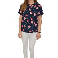Bluza Gabriela, cu design de flori roz, pe fundal bleumarin