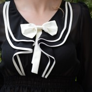 Bluza trendy de culoare neagra cu fundita rafinata, alba, aplicata