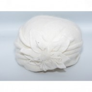 Caciula rafinata Gala ,model cu floare 3d si pompon din puf,nuanta de alb