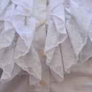 Camasa eleganta in nuanta de alb, cu design de volanase la bust