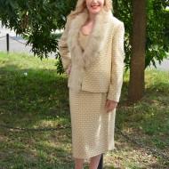 Costum elegant de toamna-iarna, bej, sacou cu guler din blanita