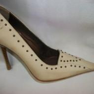 Pantof bej deosebit, decorat cu capse, talpa subtire si toc cui