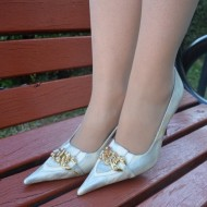Pantof cu toc inalt, nuanta de argintiu, varf ascutit, detaliu auriu