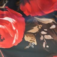 Rochie cu trandafiri, nuanta de negru-rosu, decolteu tip barcuta